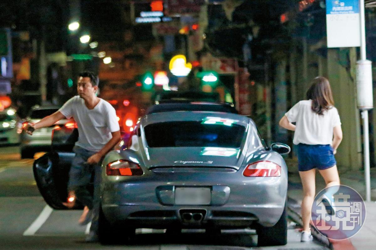 7月26日00:46,趙士懿開灰色保時捷,與圓臉妹一前一後下車,到便利商店買飲料。