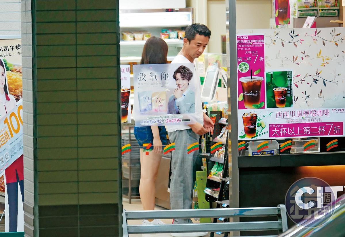 7月26日00:48,趙士懿與圓臉妹都穿白色素T加上休閒褲,一身輕便在便利商店買茶飲。