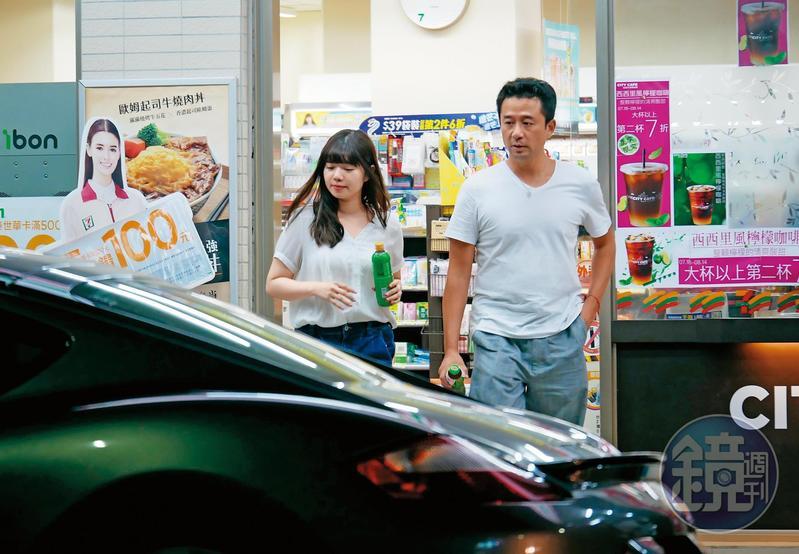 7月26日00:50,趙士懿與看來年輕的圓臉妹肢體上雖無碰觸,但兩人邊走邊聊天,看得出交情不菲。