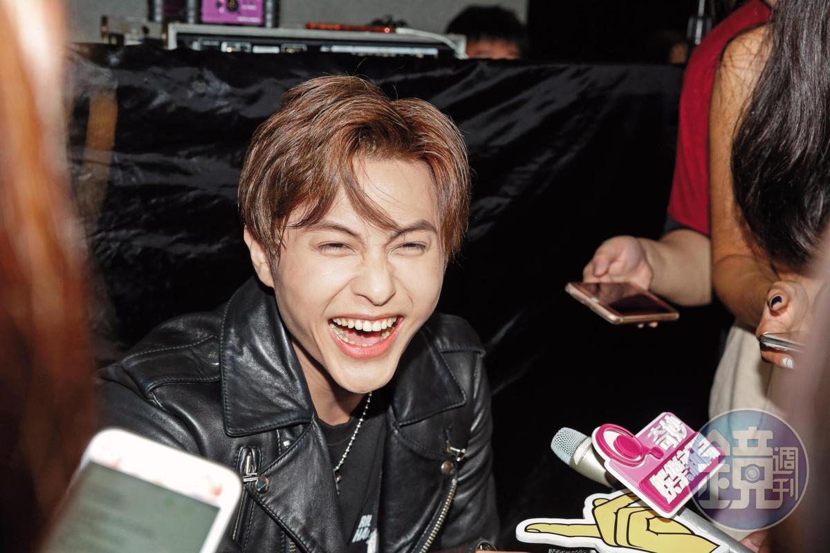 王子笑的時候,已沒棒棒堂男孩的青春無敵,歷經多段失敗戀情,也可看出臉上的滄桑。