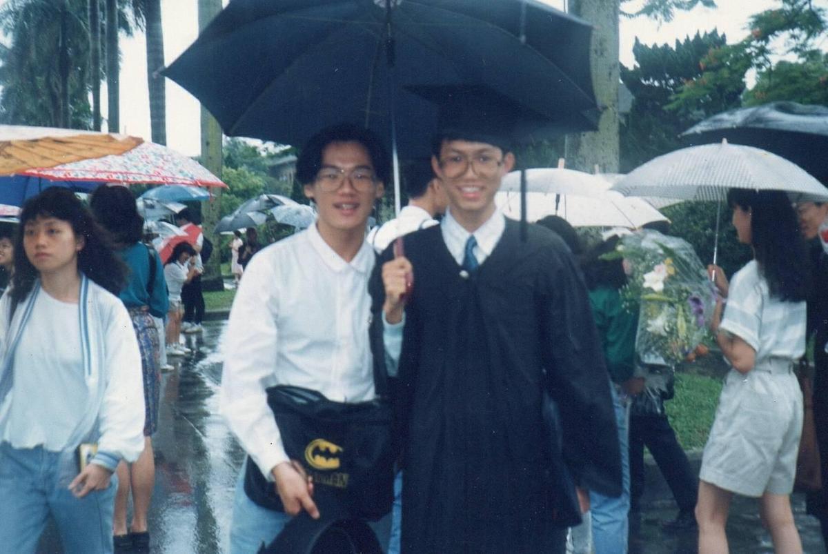 大學時期的鄭文燦(右)還算清瘦。(鄭文燦提供)