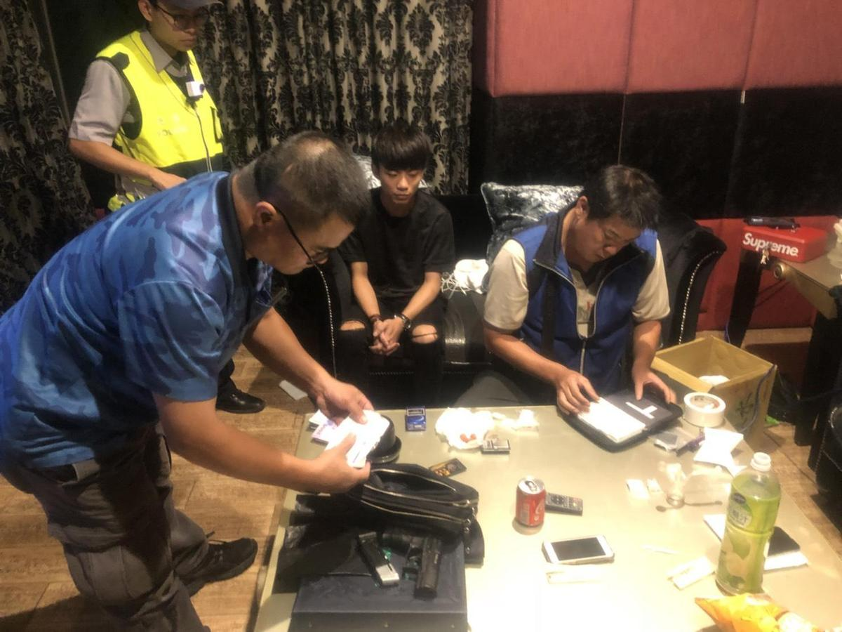 警方在汽車旅館另一間房間內發現改造手槍及大麻等毒品。(警方提供)