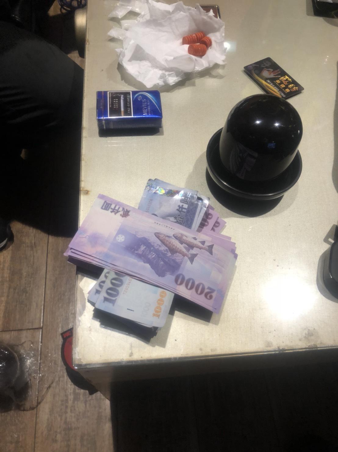 嫌犯逃亡期間身上帶著大量現金。(警方提供)