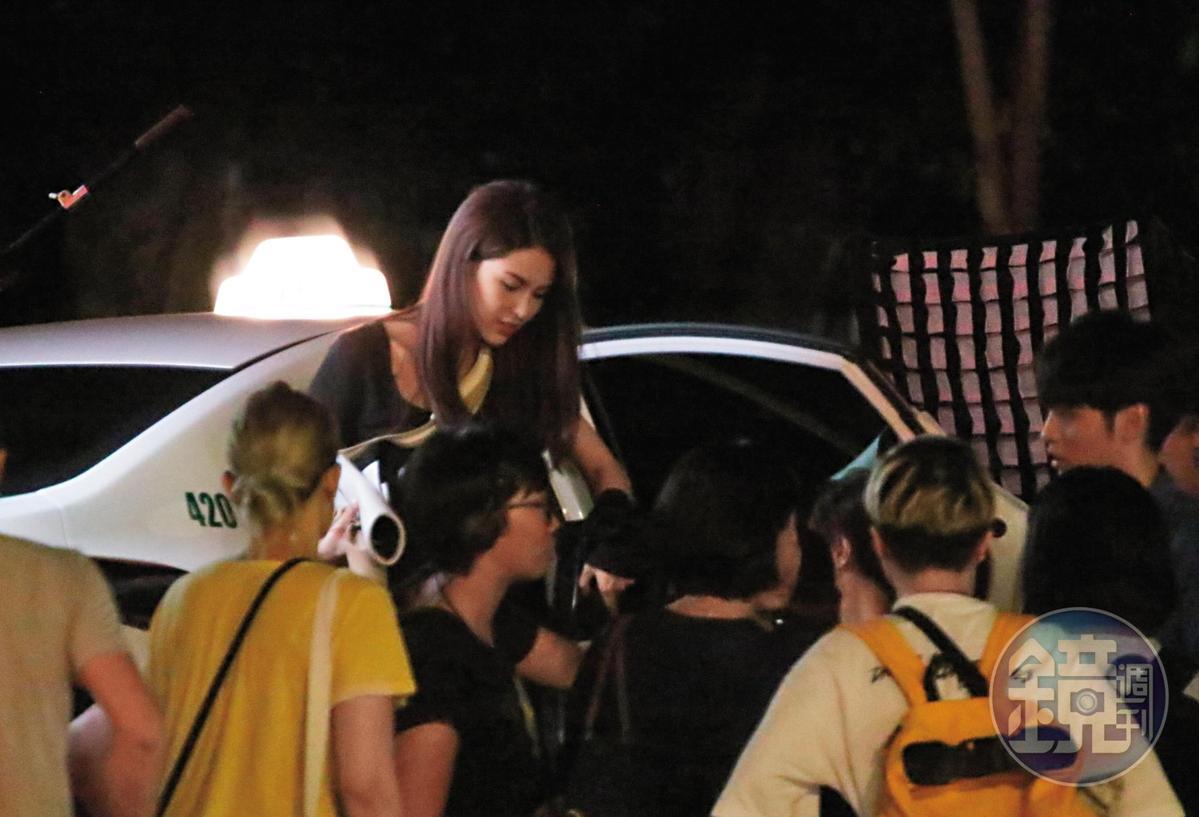 23:27 昆凌與曹佑寧為賽車電影《叱吒風雲》合體,兩人坐在車內、被拖車拖著繞行國父紀念館周圍拍戲。