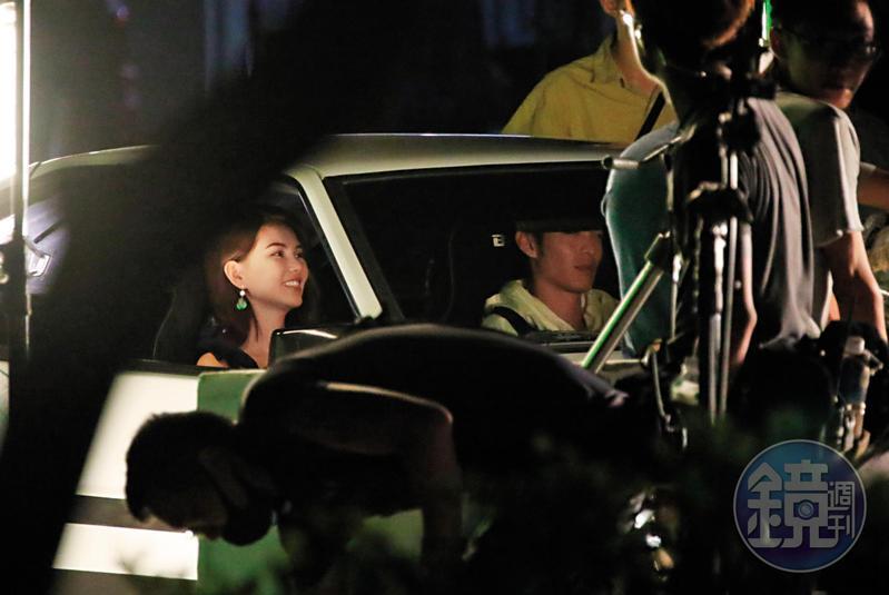 7月23日 01:37昆凌與曹佑寧在車內對戲從深夜拍到隔天凌晨,昆凌仍然滿臉笑容心情不錯。
