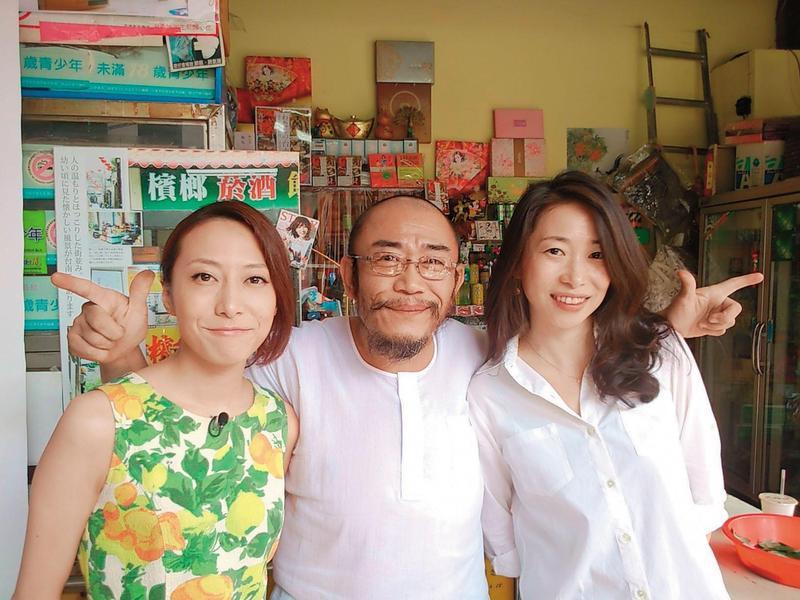 一青妙(右)和妹妹一青窈(左)在日本都是名人,但在楊馬路(中)眼裡就像2個淘氣的女兒。(翻攝馬路楊檳榔會社臉書)