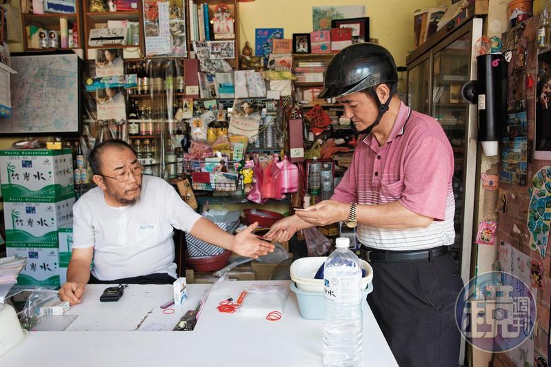 過去楊馬路(左)因為賣檳榔而感到自卑,而今才慢慢轉念。