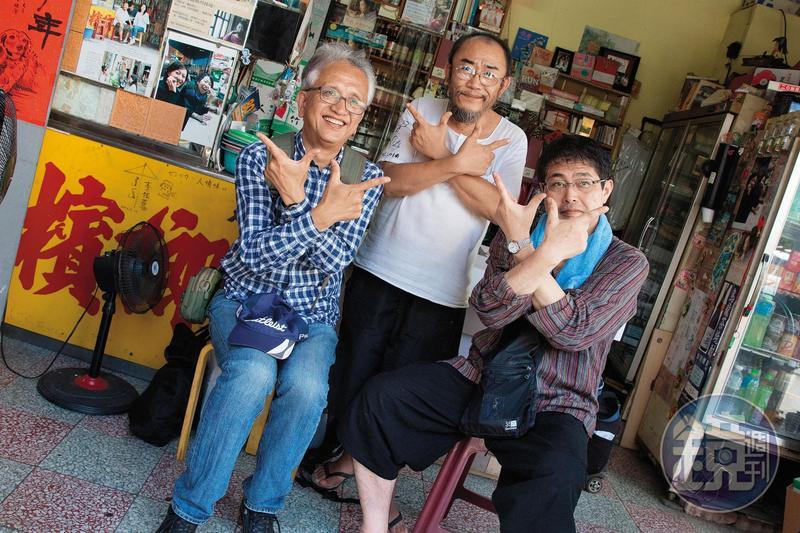 來自大阪的向井宏和藤本跟著隨楊馬路一起比出「七七」手勢。