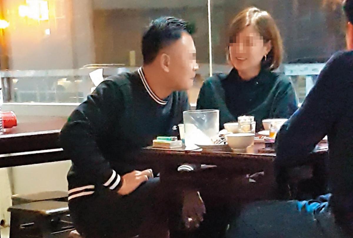 林姓少校與小三同桌吃飯,互動親密有如夫妻。(讀者提供)