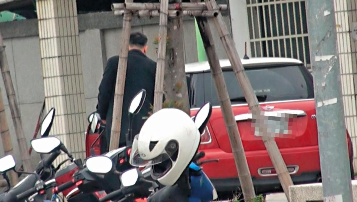 林姓少校跟小三宛如夫妻,林還駕駛小三的車前往龍潭招募新兵。(讀者提供)