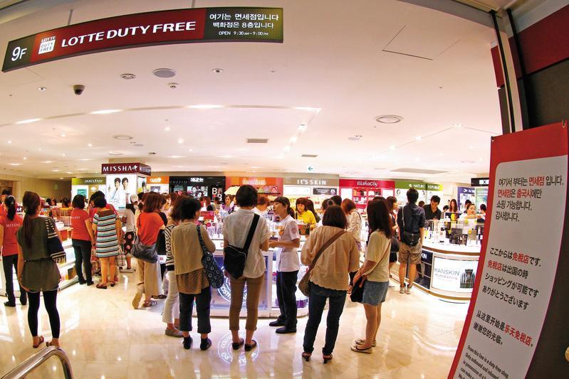 圖為樂天集團一家免稅店,在中國祭出禁韓令之前,店裡滿是中國旅客。(東方IC)