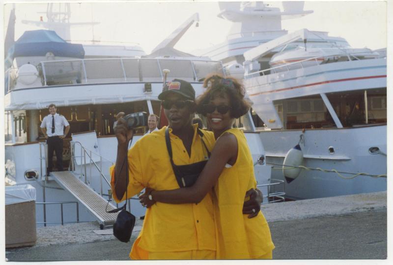 1992年的惠妮休斯頓正值演藝事業巔峰,卻毅然決然嫁給「壞小子」巴比布朗,卻受他影響,繼而染上毒癮。(威視提供)