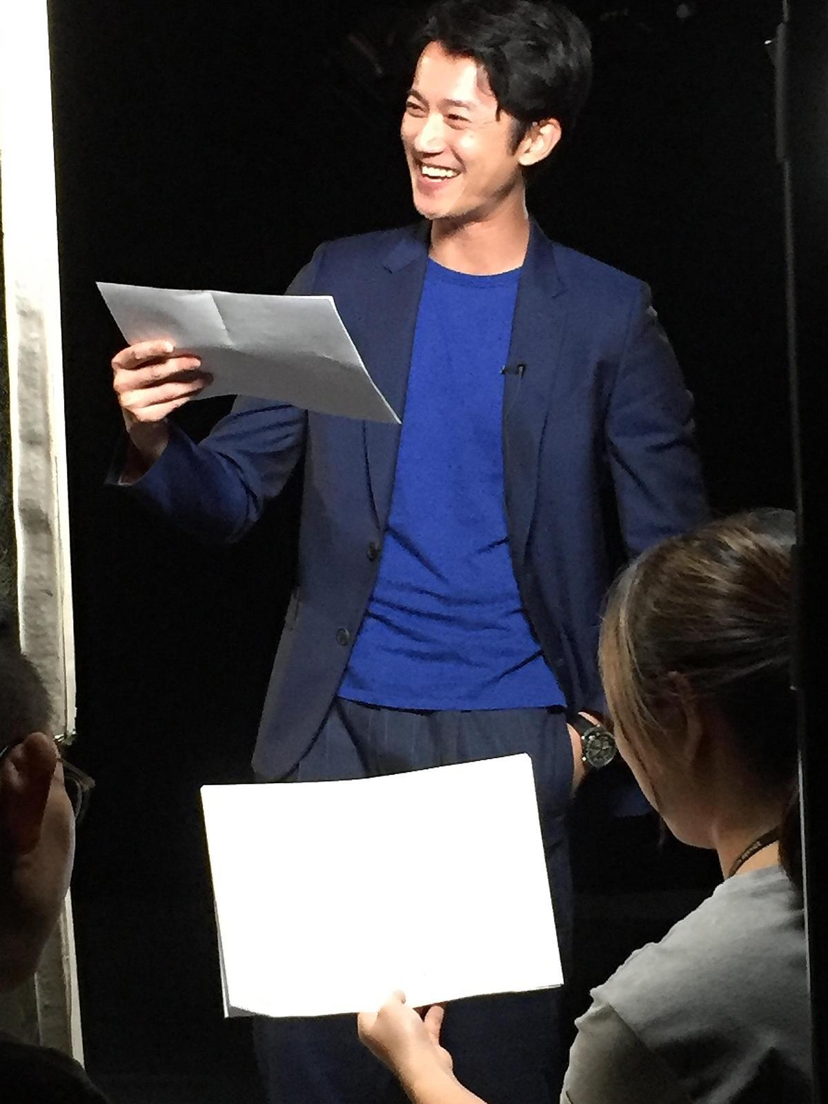 吳慷仁在公視《憤怒的菩薩》聲演官網中「新文報」菜鳥記者阿辦,玩性大發,可愛爆表。(公視提供)