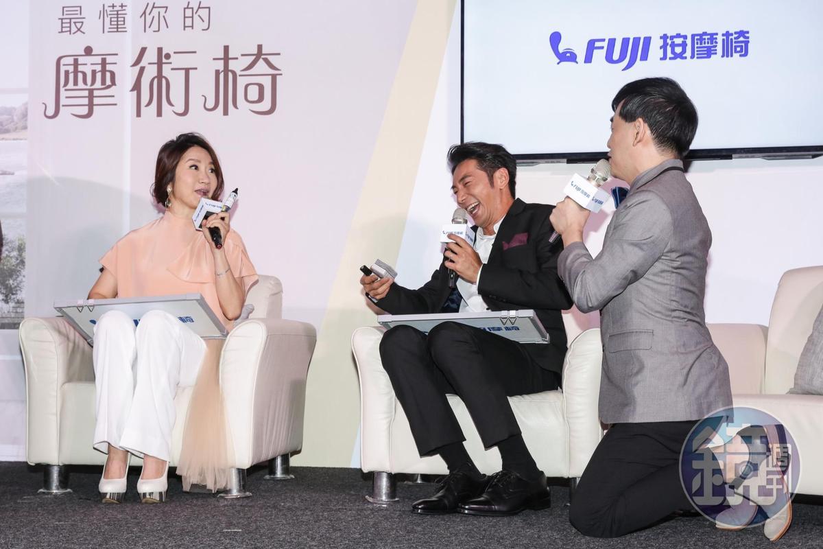 記者會主持人佼佼竟然在一旁跪下,惹得李李仁笑開懷。