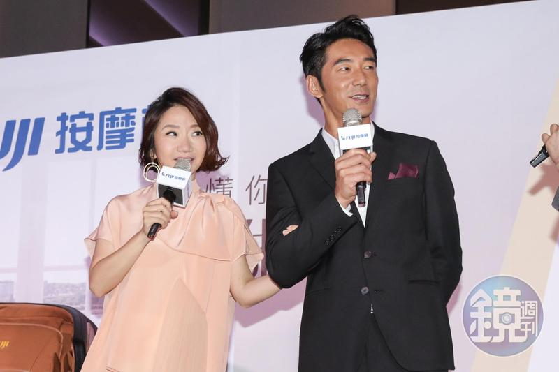 陶子的手一直勾著李李仁,夫妻感情甜蜜。