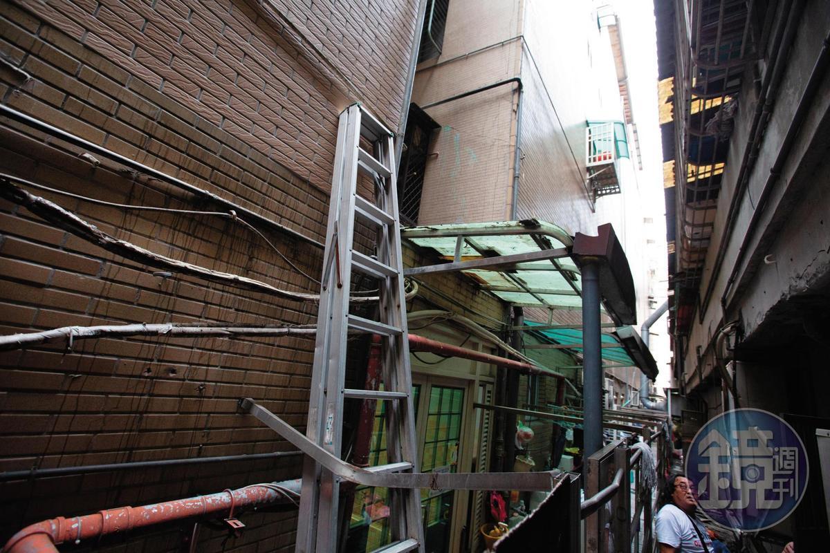 張彭2嫌犯案後從窗戶逃跑,違建和鐵梯成為逃逸利器。