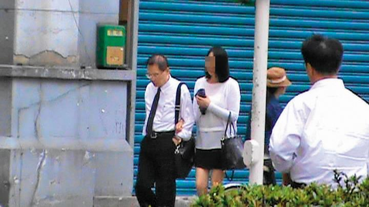 5月15日 12:59,長老教會牧師羅順定(左1)與小四(左2)挽著手在街上散步,宛如夫妻一般。(讀者提供)