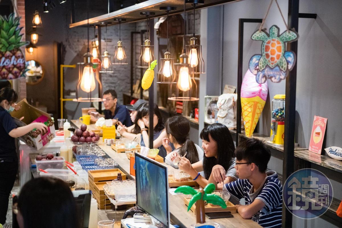 分店以工業風做設計,兩層樓空間,容納人數更多。