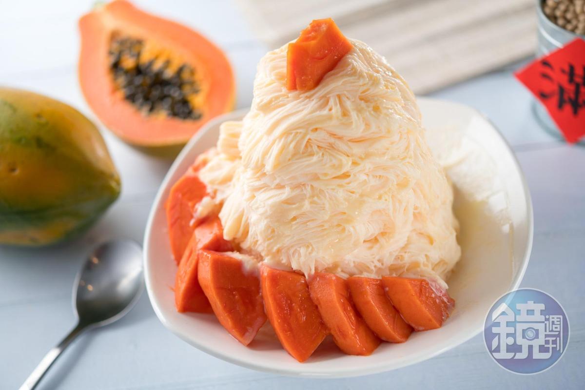 「木瓜牛奶雪冰」用台農2號木瓜和鮮奶,以1:1比例製成,口味就像用吃的木瓜牛奶。(100元/份)