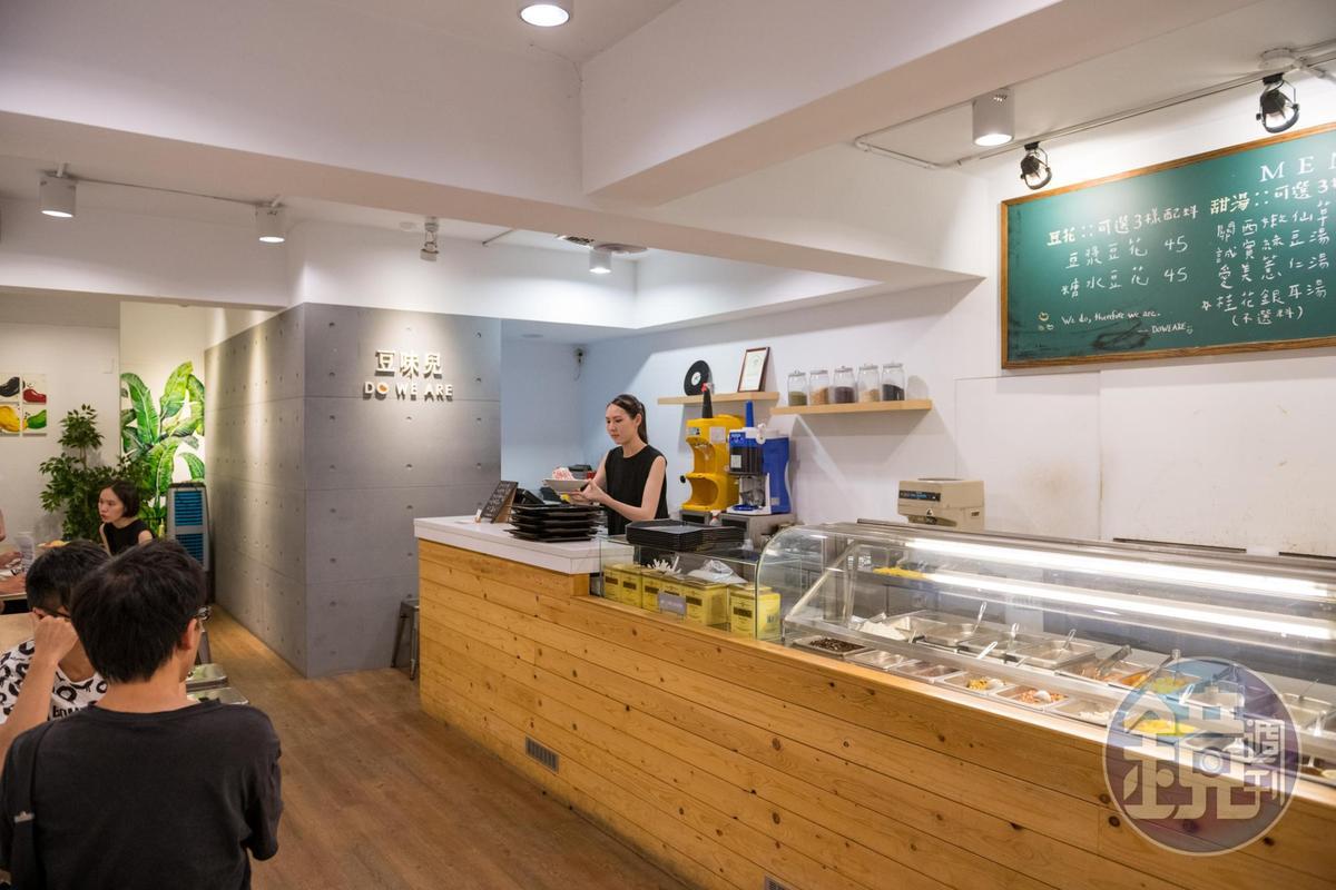 裝潢以仿清水模工法的牆面、原木塊砌成的吧檯,呈現溫潤質樸的格調。