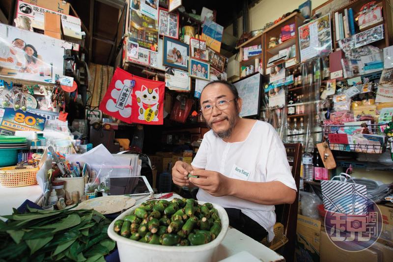 馬路楊檳榔會社老闆楊馬路自父親那代就賣檳榔,如今經營本業之外,小攤子也成為日本遊客來到府城的聚集地。