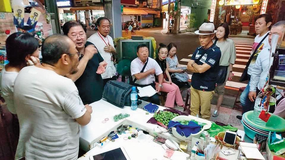 許多日本人到台南,都會來找楊馬路(左)問路或預約導覽,日本網路電視台亦曾特地來台採訪。(翻攝馬路楊檳榔會社臉書)