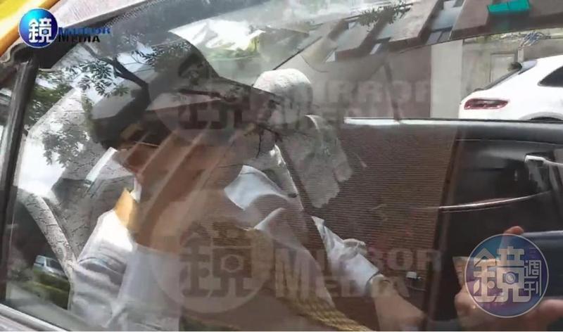 花蓮地檢署濫權檢查官林俊佑今(1日)赴法務部檢審會陳述意見,一度傳出將調職澎湖,如今確定遭重懲停職。