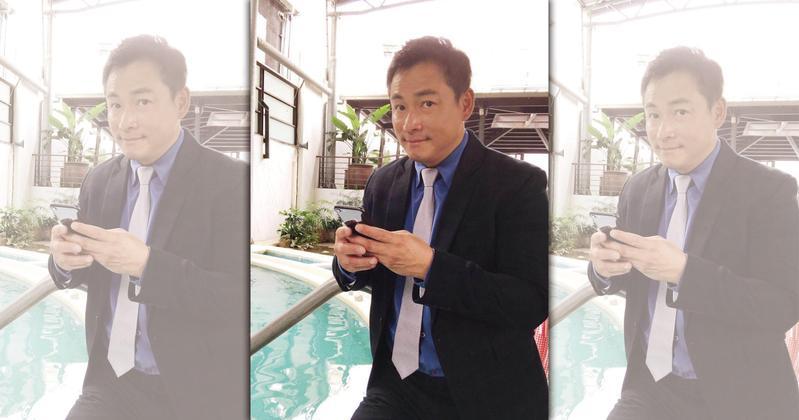江宏恩用手機打字的速度飛快,令人嘖嘖稱奇。(艾迪昇提供)