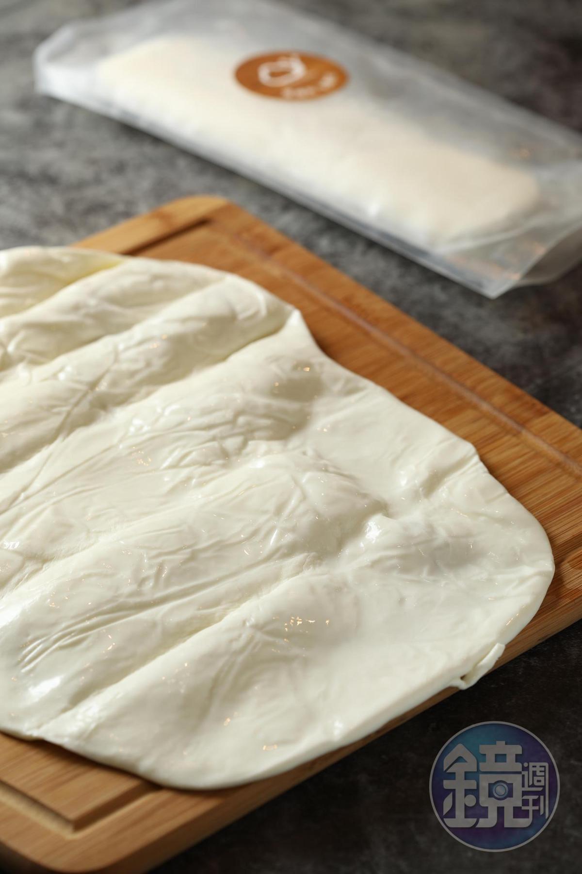 「莫札瑞拉捲皮」把起司擀成餅皮,可包入喜愛的食材。(360元/份)