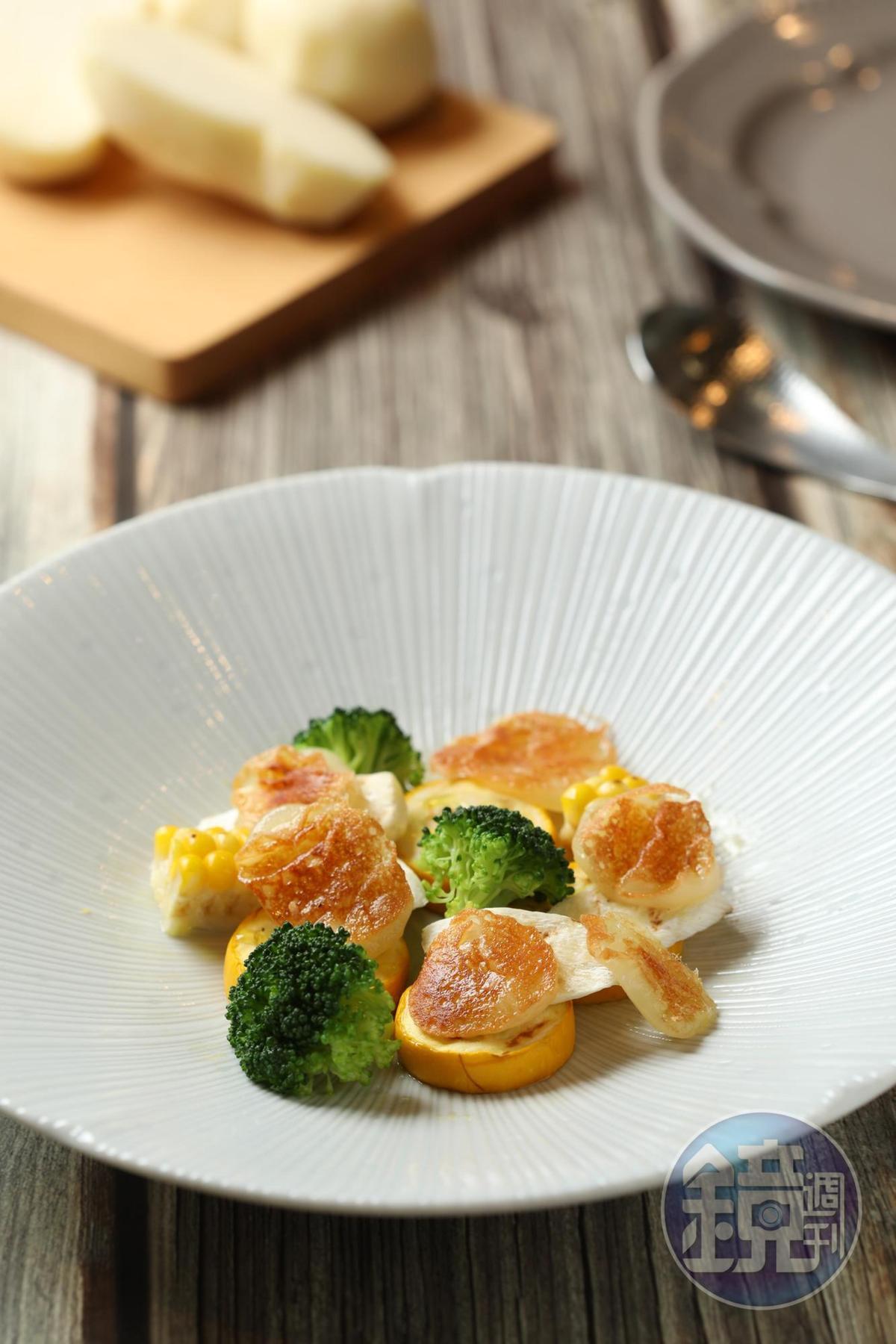 把起司煎到表皮酥黃、內層軟Q的「馬背起司溫沙拉」,搭配蔬菜口感豐富。(250元/份)