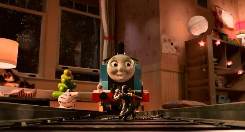 漫威電影《蟻人》中,史考特與反派戴倫在湯瑪士小火車上的打鬥相當精采,在緊張的情緒之下也充滿了童趣。(甲上提供)