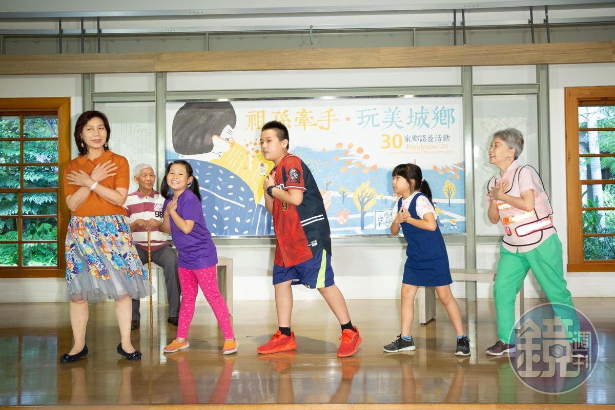 長者與孩童一起表演,跨世代交流拉近彼此距離。