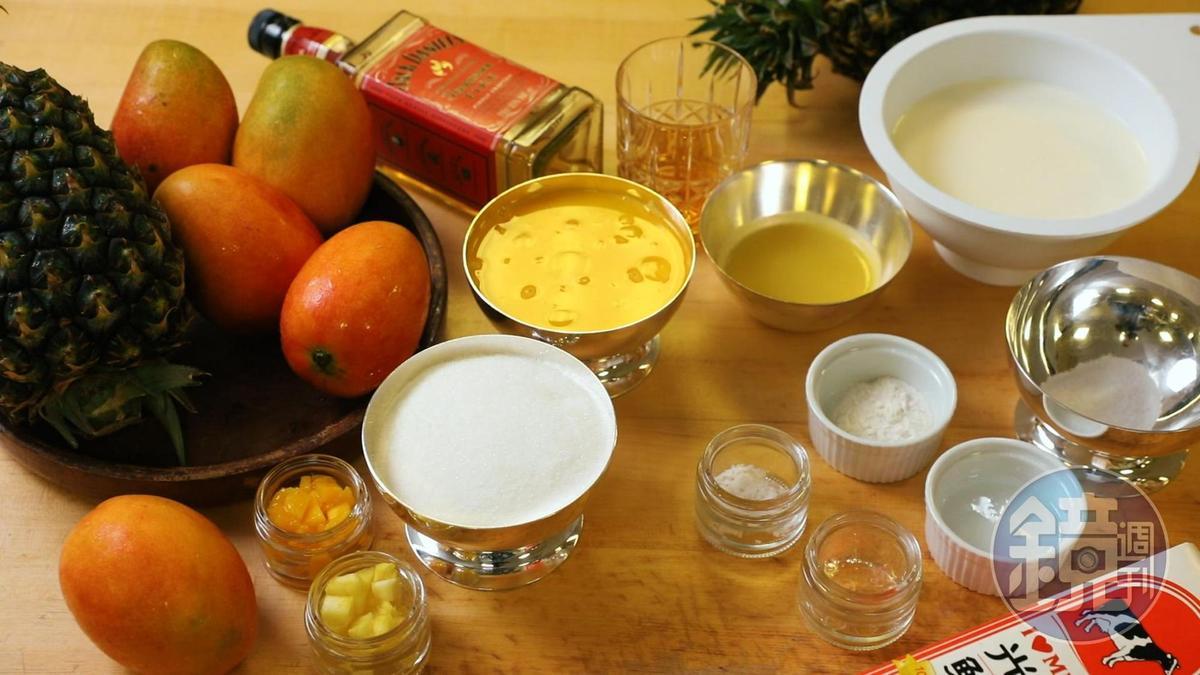 先把「鳳梨芒果威士忌冰淇淋聖代」食材備妥,準備大展身手。