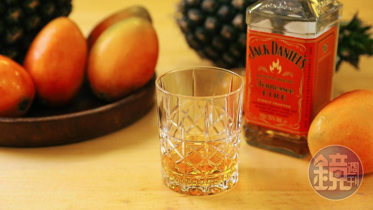 「Jack Daniel's Fire肉桂風味威士忌」和甜度飽滿的夏季水果,可以成為好朋友 。