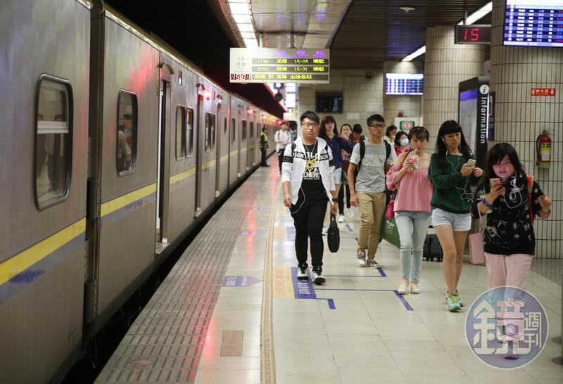 出入人潮眾多的公共場所如車站,容易與陌生人產生摩擦糾紛,要怎麼做,才能自保獅子大開口?(示意圖非當事人)。