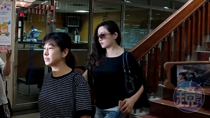 前立委蔡正元妻子洪菱霙(右)至台北地院出庭要求解除限制出境,未獲准許。