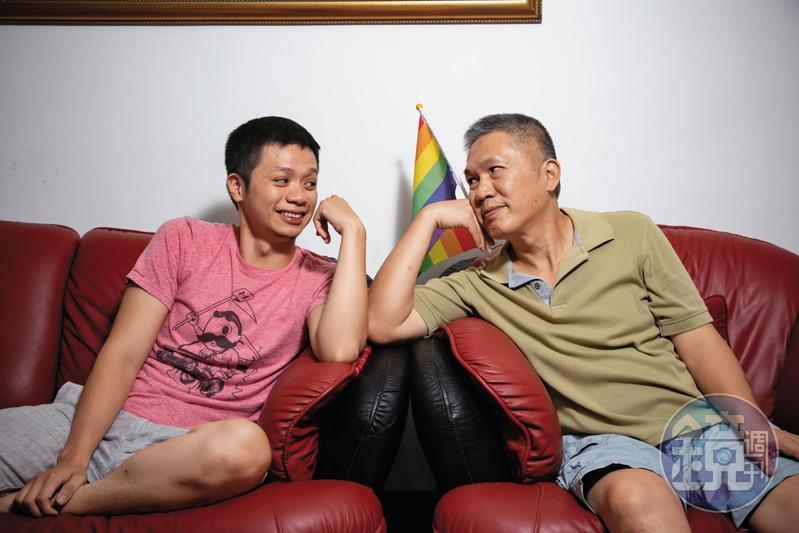 江文明(右)老是笑著抱怨被兒子江蘊生(左)霸凌,其實父子關係好,互動起來就像兄弟一樣自然。