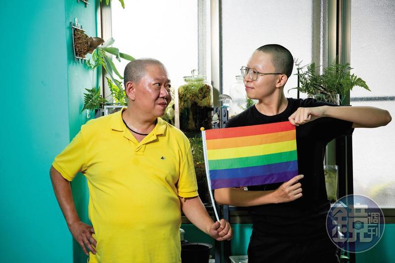 兒子張藝(右)從國中就利用課餘時間幫忙張瑞賓(左)的小吃攤生意,與父親截然不同的陰柔氣質和網紅身分,也為店裡帶來廣泛的客源。