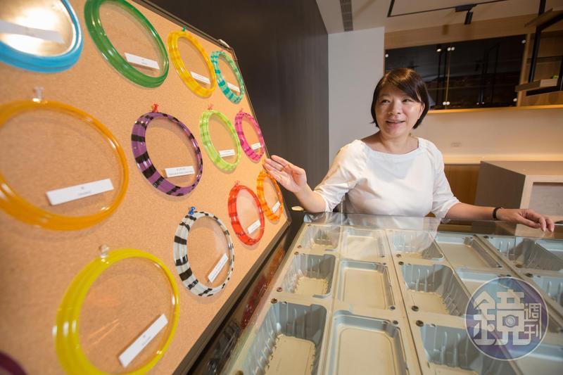 陳郁卉求好心切,金元福展示間由她一手規劃,圖為金元福可客製化顏色、花紋的盒蓋。
