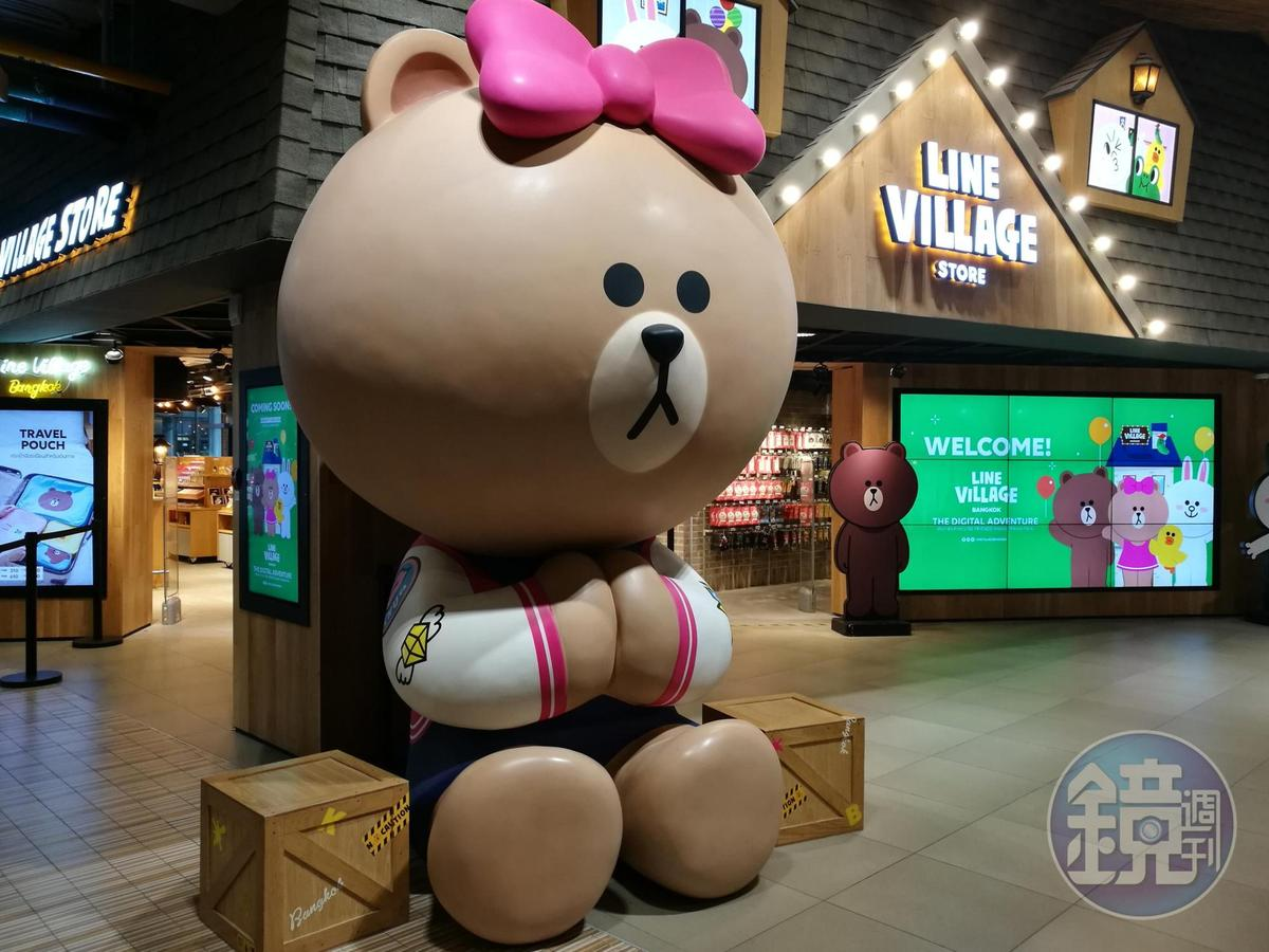 LINE VILLAGE樂園外頭是隻超大熊美,跟大家說「SAWASDEE」。