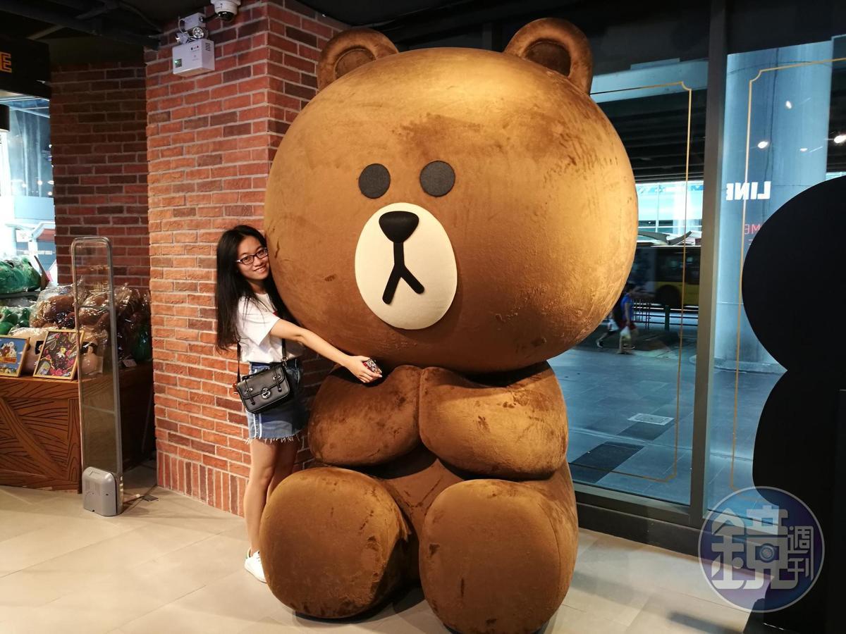 可愛熊大讓粉絲們開心地擁抱合照。