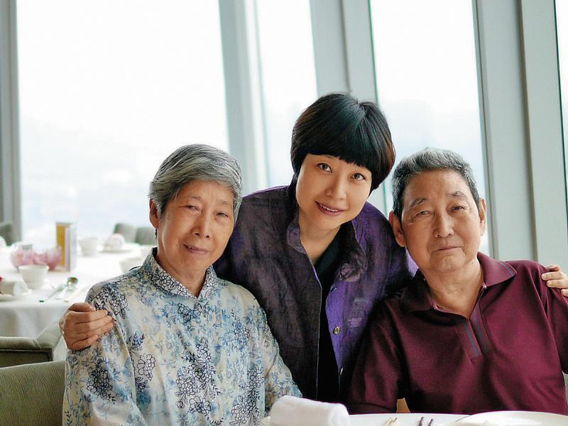 張曼娟(中)和父母感情深厚,近60歲未曾離開父母獨自生活,連去香港工作教書也把父母帶著。(張曼娟提供)