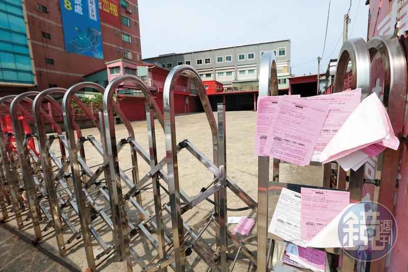 台億老闆黃文明涉詐欺捲款,公司在一夜之間人去樓空,門口還貼滿郵局的郵務送達通知書。