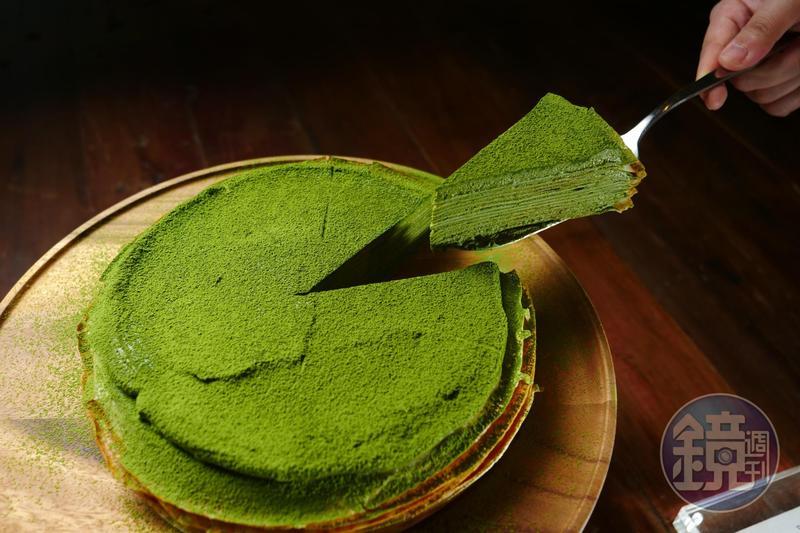 「抹茶千層蛋糕」的輕薄蛋皮夾入抹茶卡士達醬,入口香氣湧現。(160元/片)