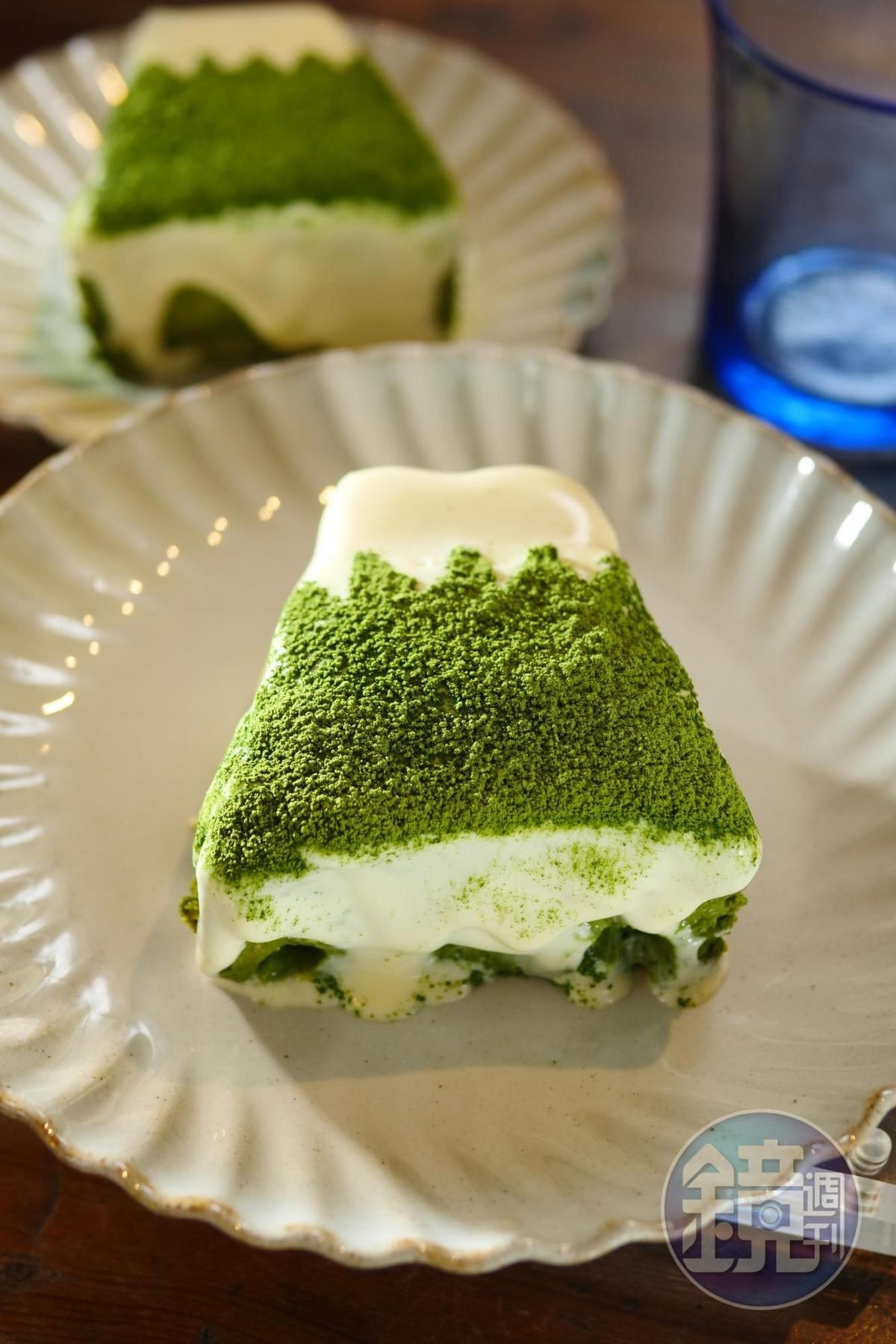 手工切形的「抹茶提拉米蘇」如富士山縮小版,上桌前會撒上厚厚抹茶粉。(140元/份)