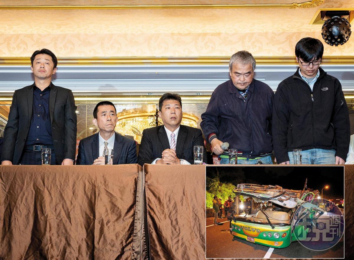 蝶戀花翻車後,前友力老闆黃河清(左1)與蝶戀花旅行社負責人父子(右2、右1)開記者會道歉。