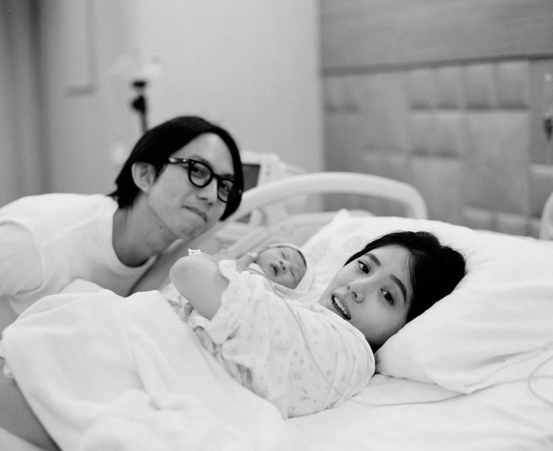 丁文琪產下兒子酷比,林宥嘉全程相伴,一家三口,洋溢幸福。(翻攝自臉書)