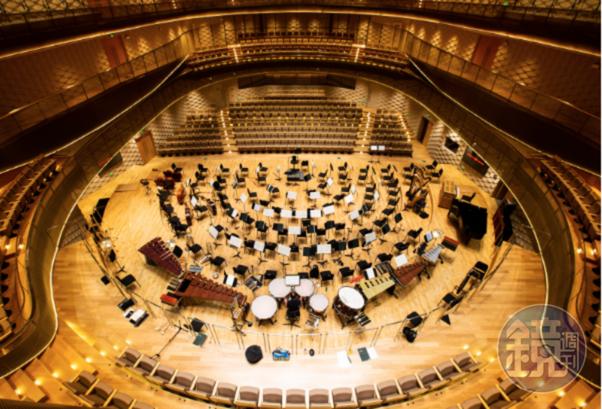 從三樓往下俯瞰音樂廳內部,是蘇州交響樂團公關宣傳主管蔣文龍最喜歡的視角。