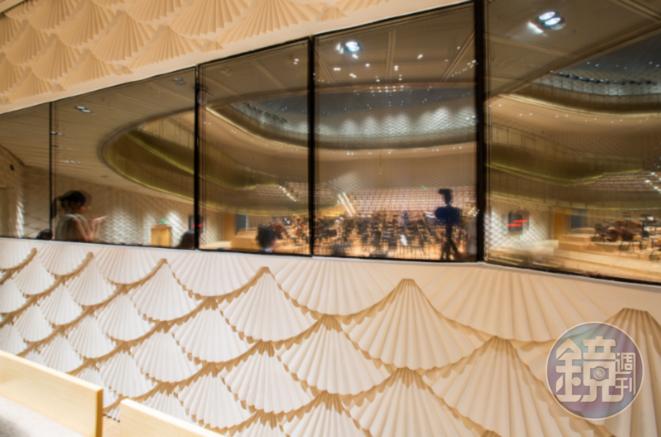 蘇扇造型的牆面兼具視覺美感和聲學效果,也是在地文化的象徵。