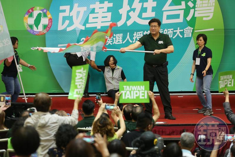 民進黨主席蔡英文晚間出席北市候選人授旗誓師大會,授旗給現任市議員林世宗後,她不小心被身後階梯絆倒。